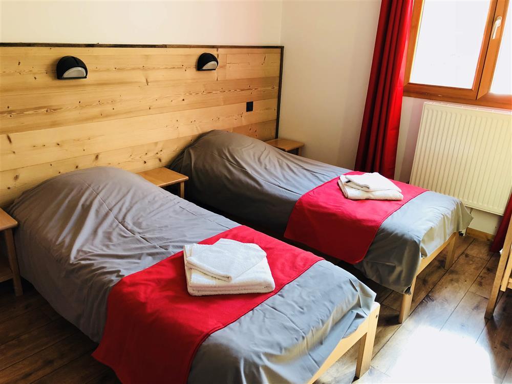 chambre lits jumeaux © Auberge d+
