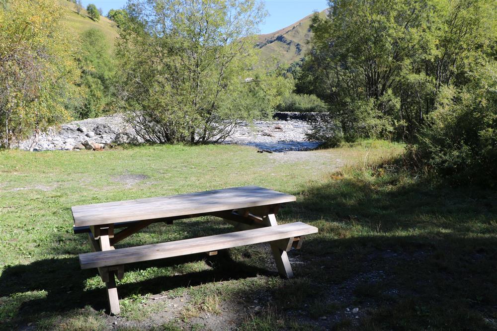 Picknicktafels (prés plans) © OT ST SORLIN