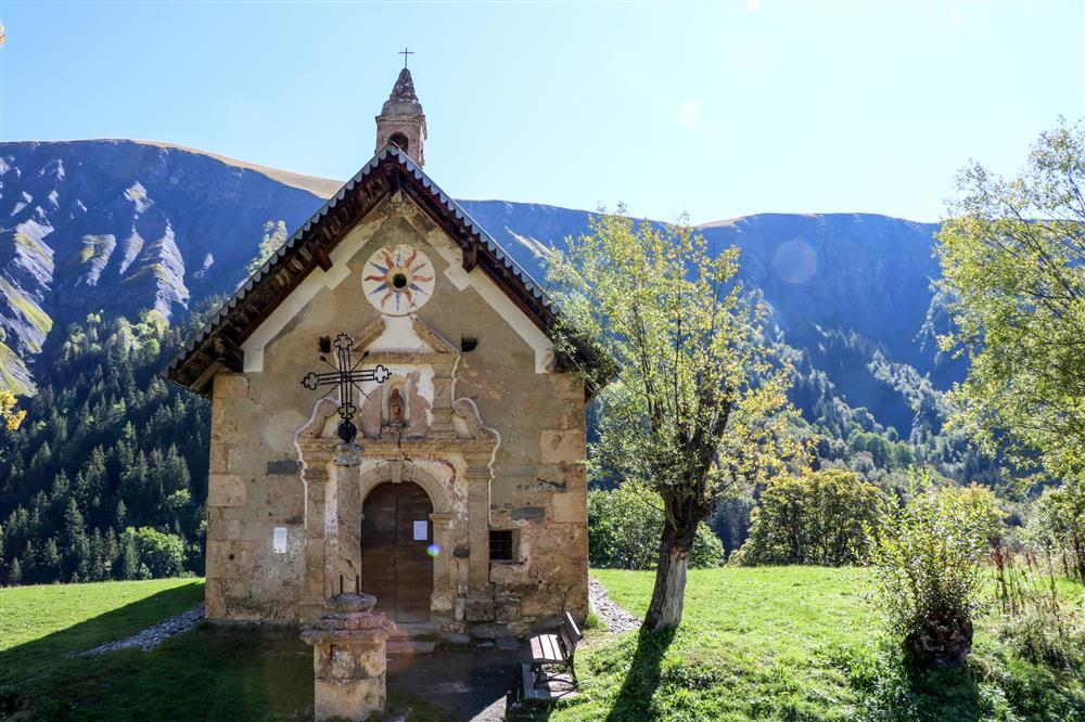 "Walking to ""Prés Plans"" chapel © © OT Saint Sorlin d'Arves - V Bellot-Mauroz"