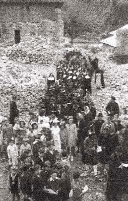 En 1945 - A l'occasion d'une «mission» la vierge a été portée en procession dans les ruines du village ©