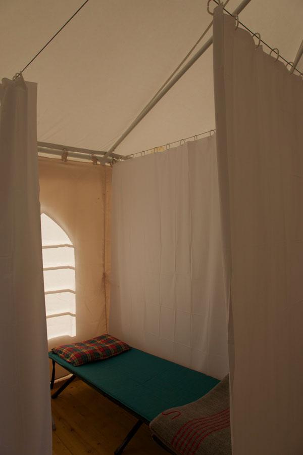 Des lits de camp + matelas air © Andras Kalman